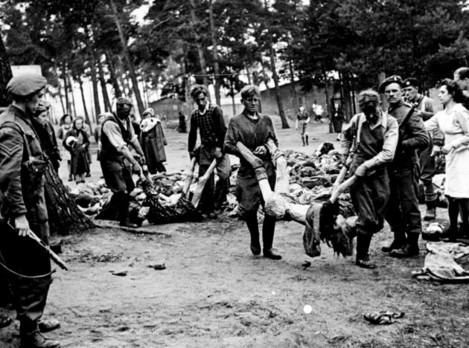 SS FORCED TO CARRY CONCENTRATION CAMP VICTIMS : 1945