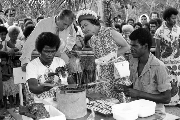 Royalty - Queen Elizabeth II Silver Jubilee - Papua New Guinea