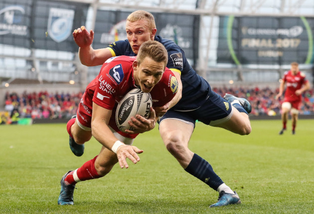 Liam Williams scores the first try of the game despite the attention of Keith Earls