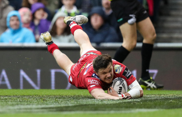 Steff Evans scores a try