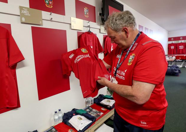 Paddy Rala O'Reilly hanging up Alun Wyn Jones' jersey