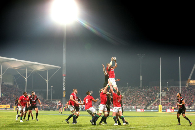 Peter O'Mahony with Luke Romano in the line-out