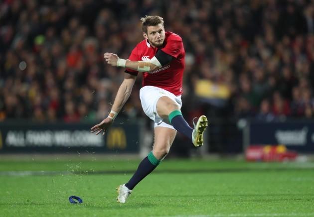 Dan Biggar kicks a penalty