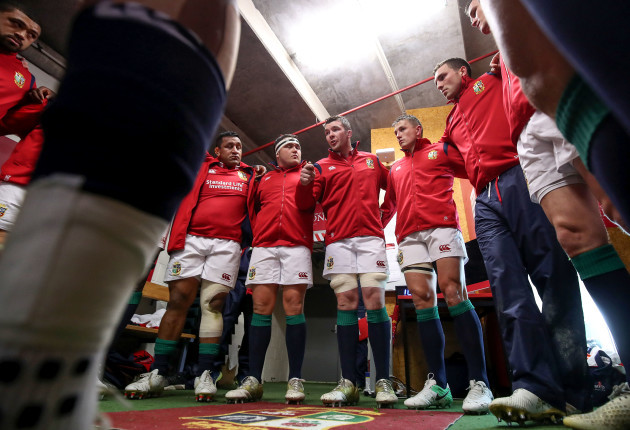 Peter O'Mahony speaks to his team before the game