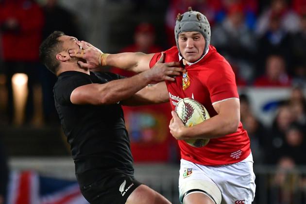Jonathan Davies tackles Codie Taylor