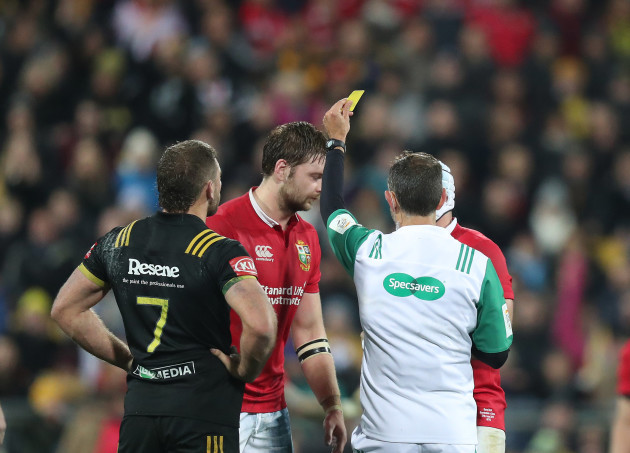Iain Henderson is shown a yellow card by Roman Poite