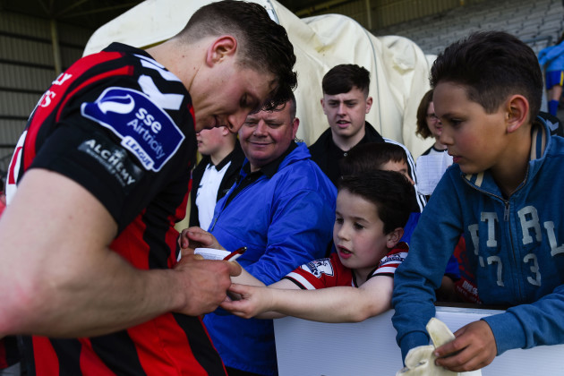 Keith Buckley signs autographs after the game