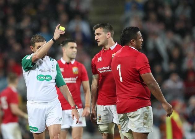 Jerome Garces shows a yellow card to Mako Vunipola