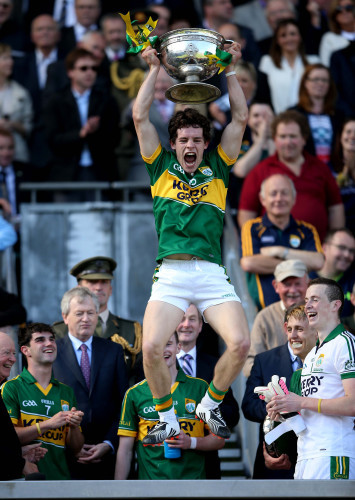 Tomas O'Se lifts the trophy
