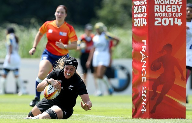 Eloise Blackwell scores a try