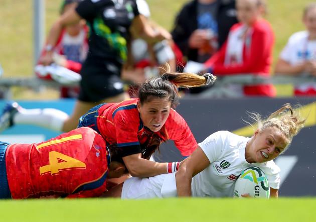 Kay Wilson scores a try despite the efforts of Maria Casado and Amaia Erbina