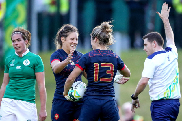 Caroline Ladagnous celebrates scoring a try with Annaelle Deshayes