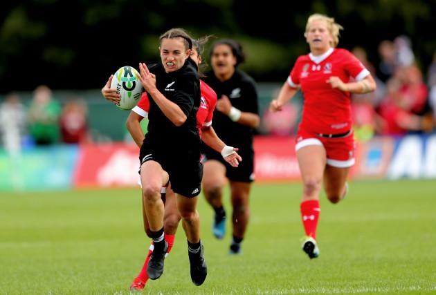 Selica Winiata breaks free to score her side's opening try