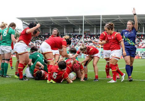 Carys Phillips scores a try