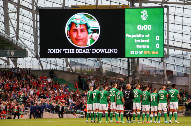 reland players observe a minutes applause for late Ireland fan John 'The Bear' Dowling