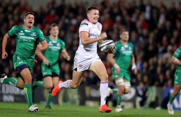 Jacob Stockdale runs in a try