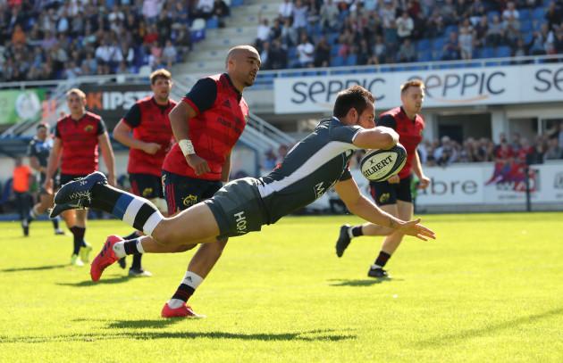 Julien Dumora scores a try