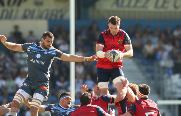 Peter O'Mahony claims a line out ahead of Loic Jacquet