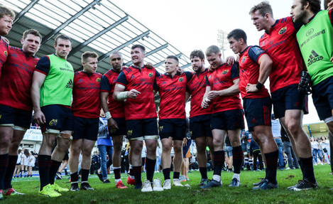 Peter O'Mahony speaks in the team huddle