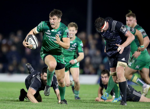 Thomas Farrell gets away from Kevin O'Byrne to run in a try