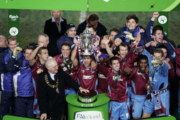 Drogheda United celebrate with the FAI Cup 3/12/2005