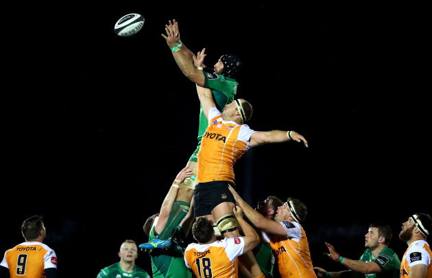 Carl Wegner and John Muldoon compete for a line out