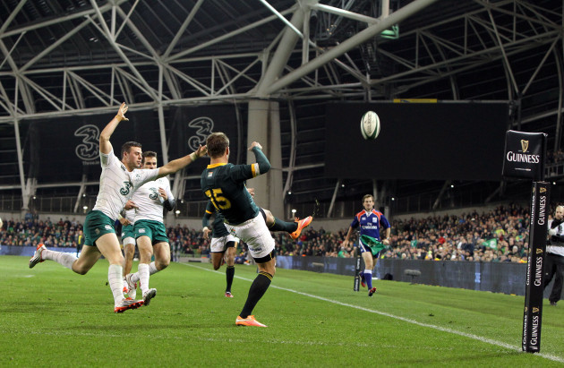 Robbie Henshaw and Jared Payne chase down Willie le Roux