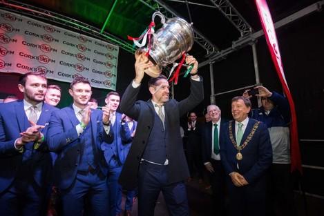 Alan Bennett lifts The Irish Daily Mail FAI Cup