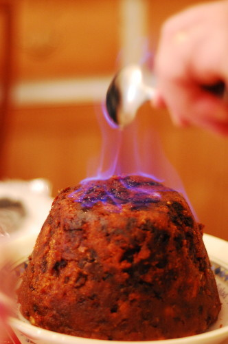 2000px-Christmas_Pudding_with_Flaming_Rum
