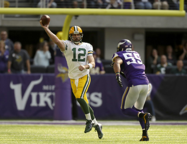 Packers QB Aaron Rodgers breaks collarbone, could miss rest of season
