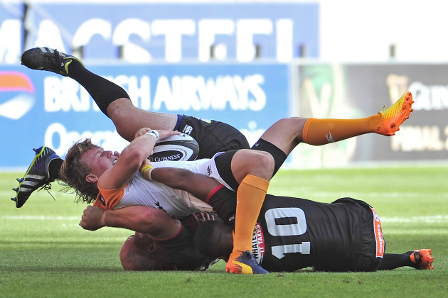 Fred Zeilinga is tackled by Oliver Zono