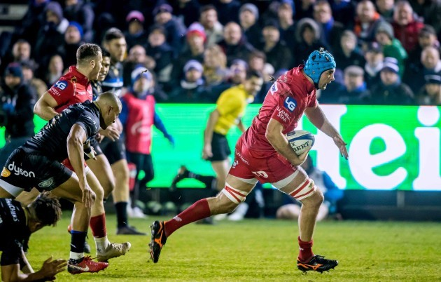 Tadhg Beirne breaks away to score a try