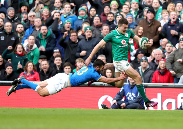 Jacob Stockdale gets past Jayden Hayward on his way to scoring his sides eight try