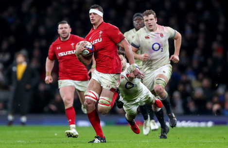 Aaron Shingler gets away from Danny Care