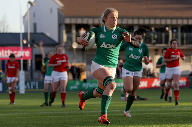 Claire Molloy on her way to scoring a try