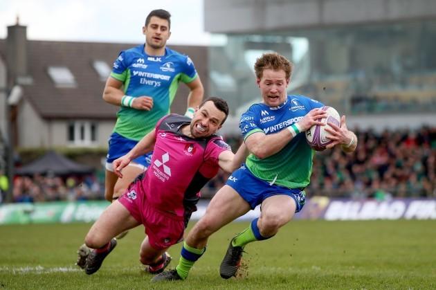 Kieran Marmion scores a try despite Tom Marshall