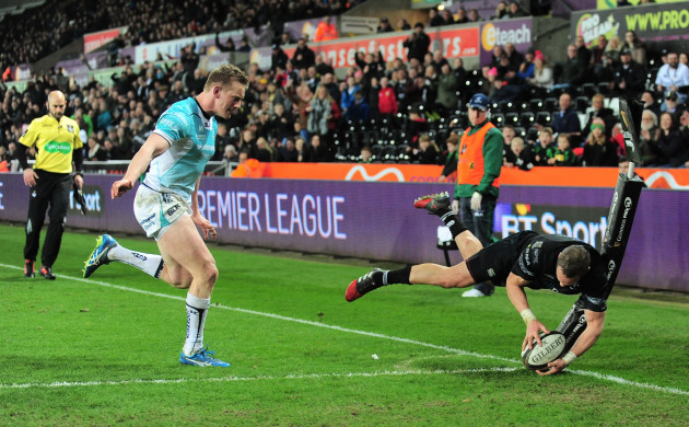 Hanno Dirkson scores a try