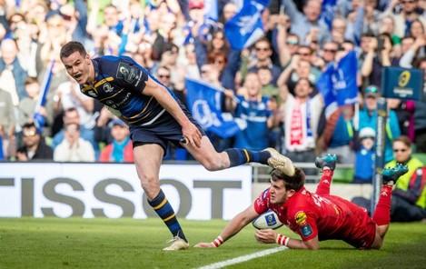 Jonathan Sexton celebrates scoring a try