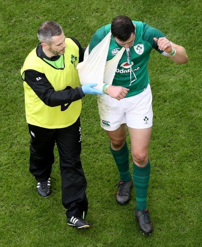 Robbie Henshaw leaves the field due to injury