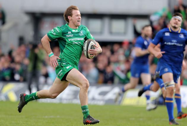 Kieran Marmion runs in a try