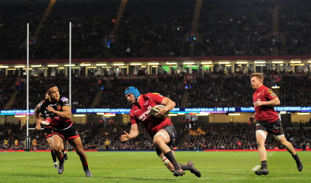 Tadhg Beirne scores a try