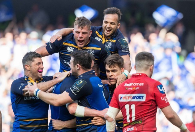 Leinster players celebrate Jonathan Sexton's try