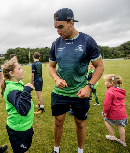 Ultan Dillane signs autographs