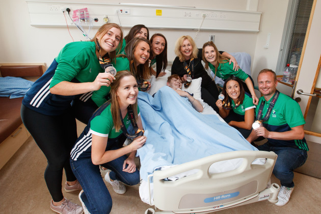 Members of the Ireland Women's hockey team with Sean Og Nash