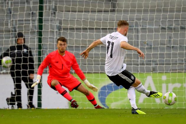 Cedric Teuchert scores a penalty