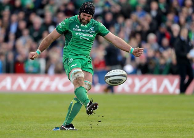 John Muldoon kicks a conversion