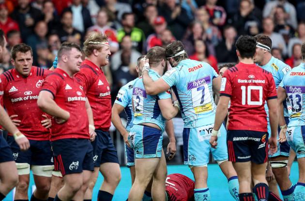 Luke Cowan-Dickie celebrates his try
