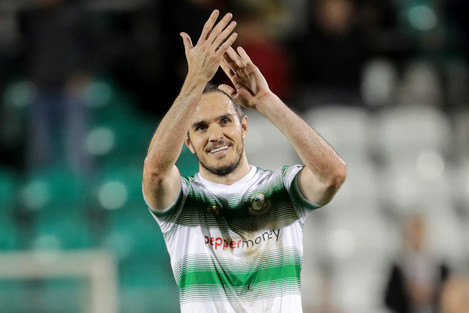 Joey O'Brien acknowledges the fans