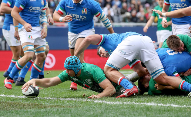 Tadhg Beirne score his side's first try
