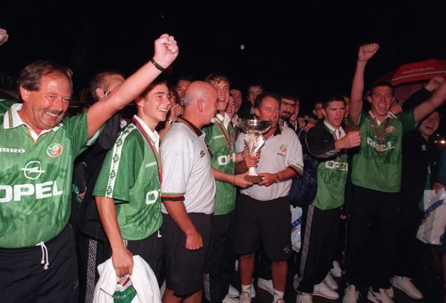 The team and management celebrate at the airport 27/7/1998